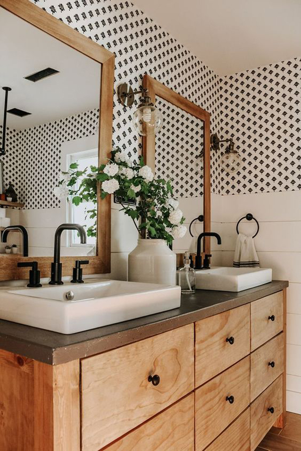 Framehouse-bathroom-with-polcadot-wall-decoration