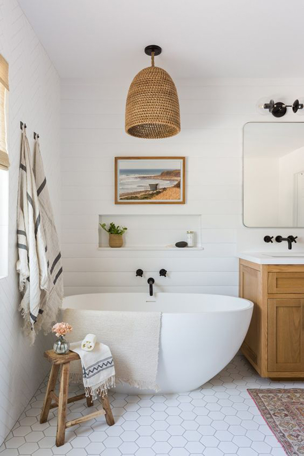 Framhouse-bathroom-with-beautiful-lamps