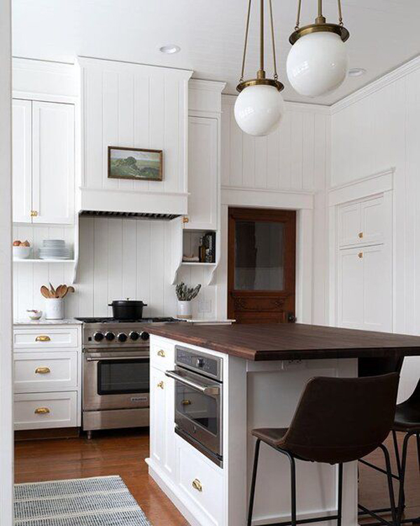 Kitchen-deisgn-with-beautiful-hanging-lamps