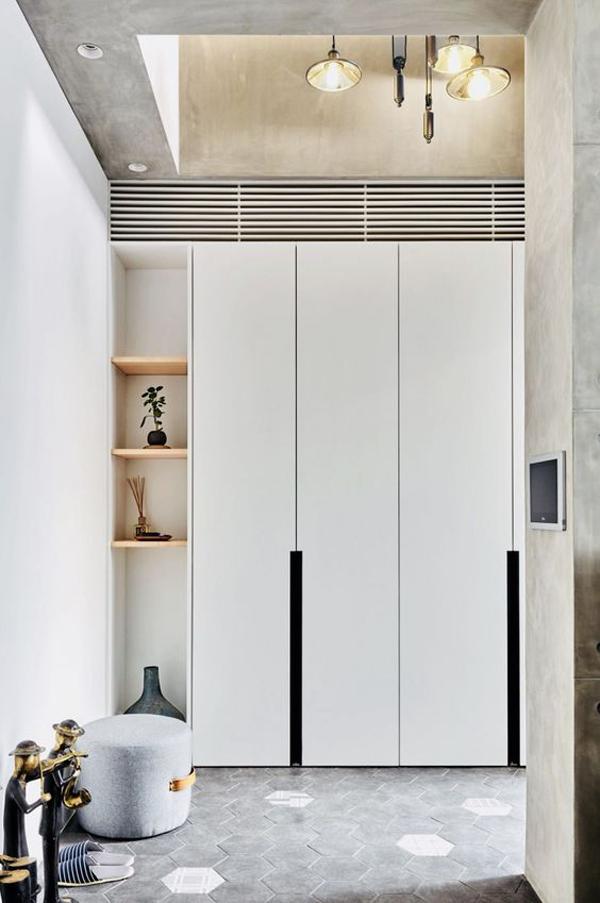 Large-vertical-white-wardrobe