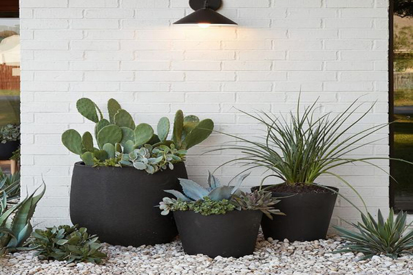 Beautiful-lighting-as-the-outdoor-planter-decoration