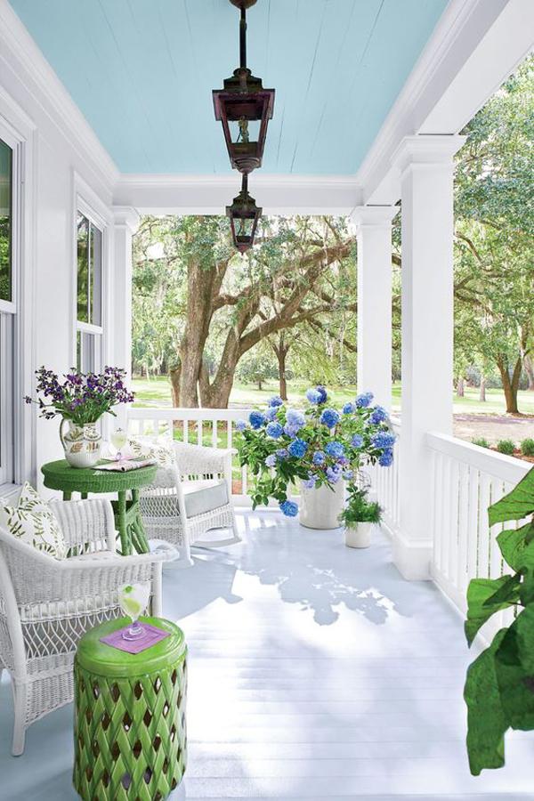 Pretty-front-porch-decor-with-fresh-lavender