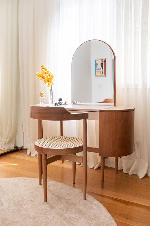 Simple-and-comfortable-vanity-table